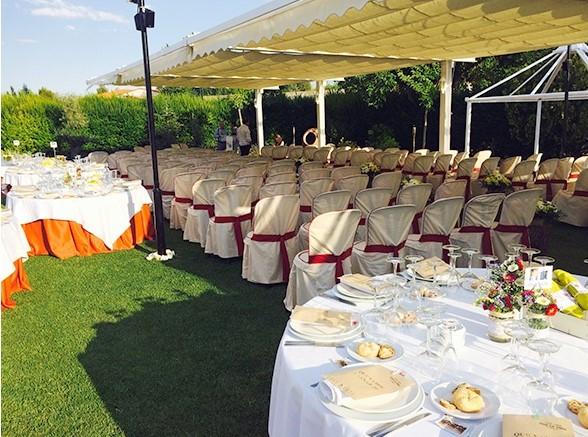 mesa y sillas blancas sobre jardín para bodas