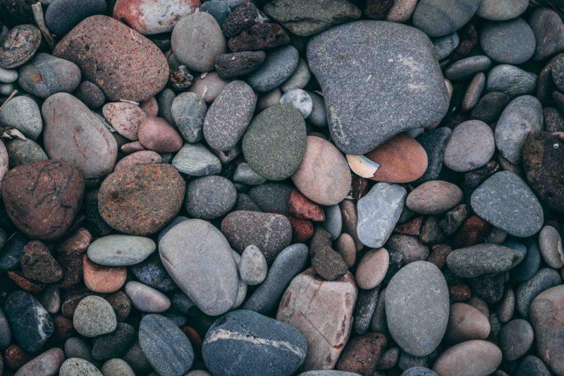 piedras de canto rodado de colores