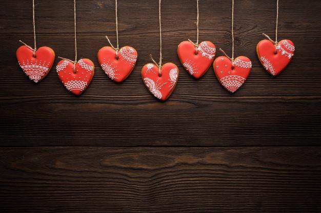 galletas-con-forma-de-corazon-colgando-de-cuerdas_1208-413